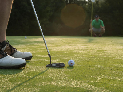 BH_Golf-Lining-up-the-putt